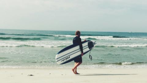 Deswegen solltest du unbedingt mal alleine einen Surftrip machen