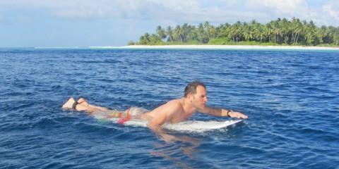 Wie liegt man richtig auf dem Surfboard?