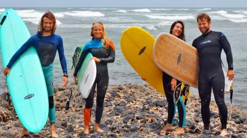 Wellenreiten auf Fuerteventura im Sommer